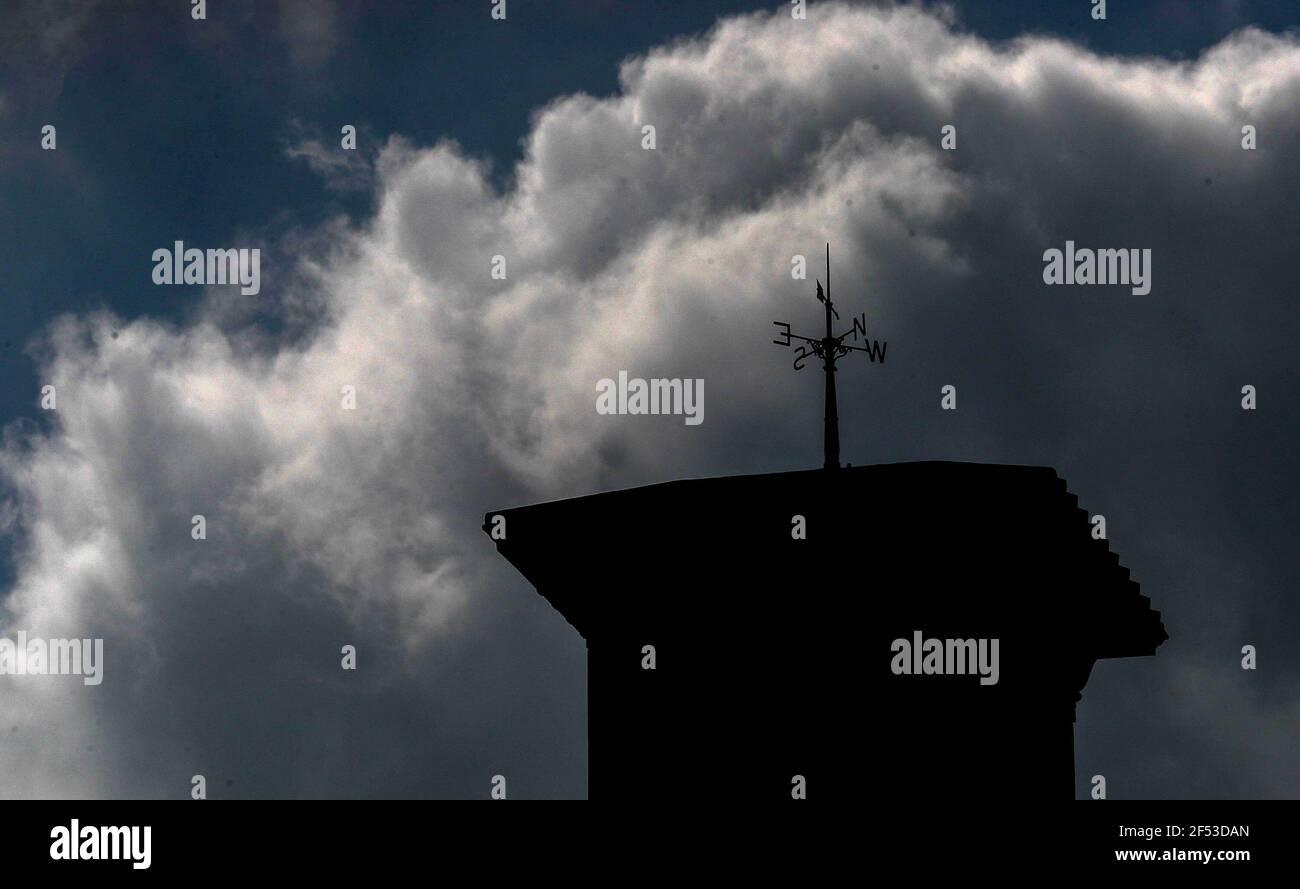 Le weathervane victorien récemment restauré, au sommet de la tour d'horloge de 90 mètres à la maison Osborne du patrimoine anglais, à East Cowes, sur l'île de Wight, après une restauration de deux ans de la girouette après qu'elle ait été endommagée pendant une tempête. Date de la photo: Mercredi 24 mars 2021. Banque D'Images