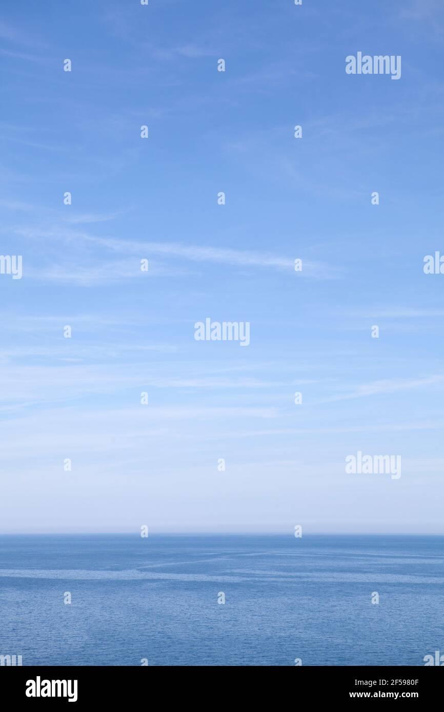 La mer rencontre le ciel au large de la côte nord de Cornwall Banque D'Images
