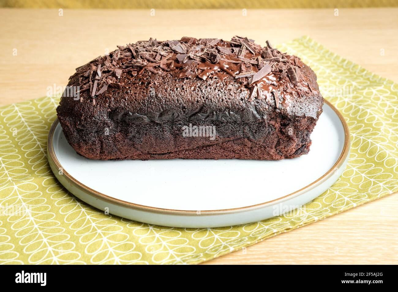 Un riche gâteau quadruple au chocolat fraîchement cuit à la maison et refroidissement sat sur une plaque Banque D'Images