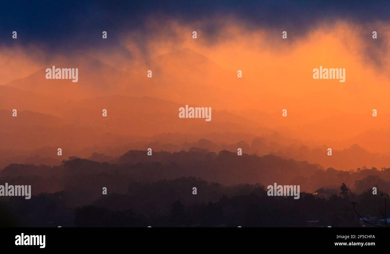 Vue panoramique au coucher du soleil dans la région d'El Nance à l'intérieur de la province de Cocle, République du Panama. Banque D'Images