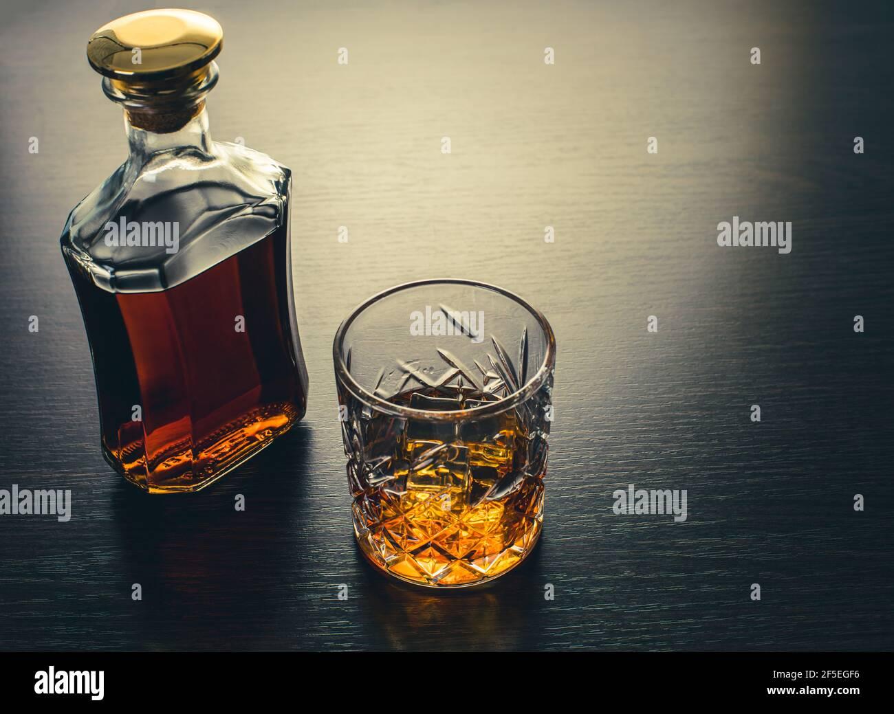 boisson alcoolisée, whisky sur fond de bois brun Banque D'Images