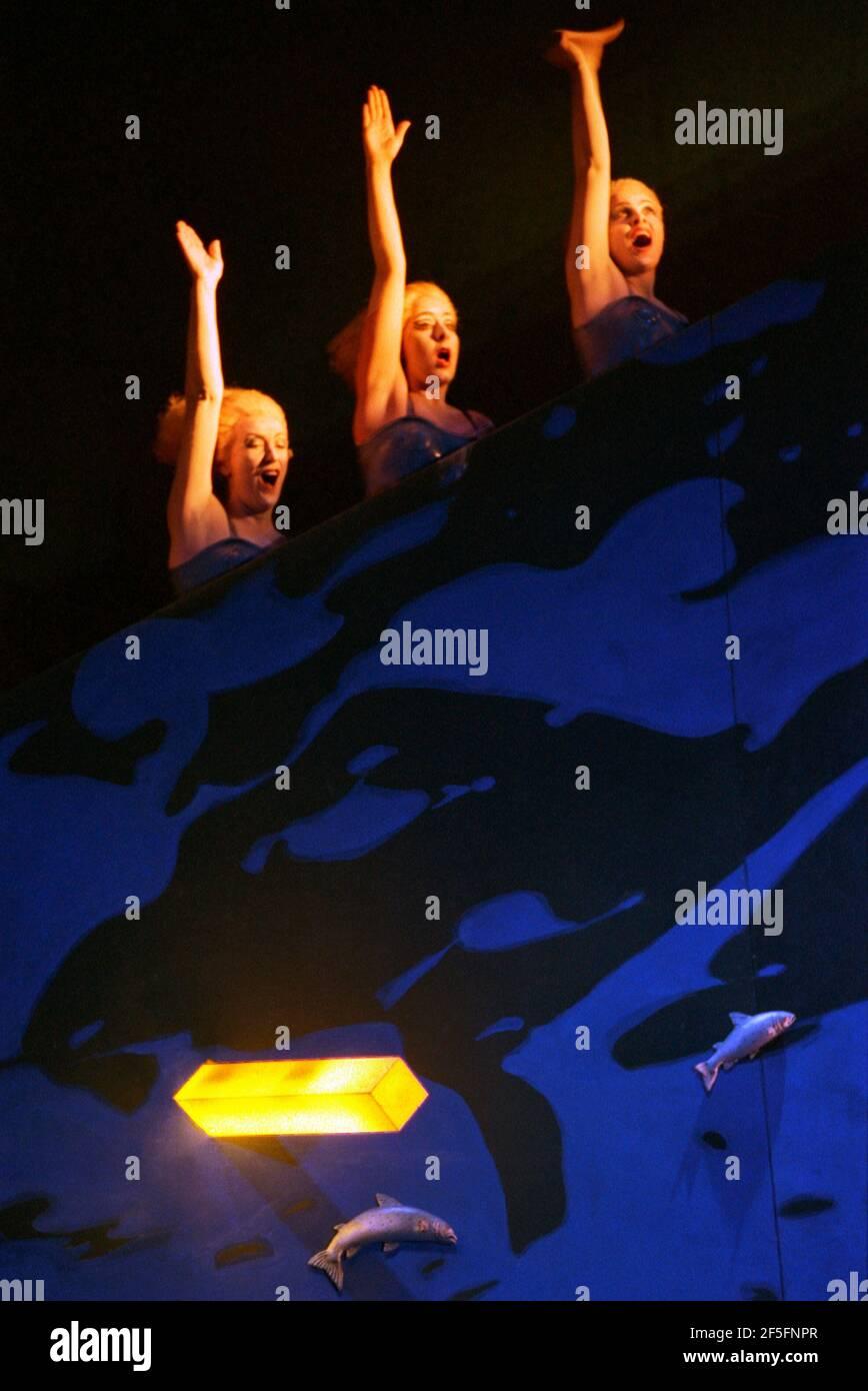 The Rhinemaidens in DAS RHEINGOLD par Wagner au Theatre Royal, Glasgow 27/01/1989 un chef de production de l'Opéra écossais: John Mauceri design: Nigel Lowery éclairage: David Lovett & Nigel Lowery mouvement: Matthew Hamilton & Richard Jones directeur: Richard Jones Banque D'Images