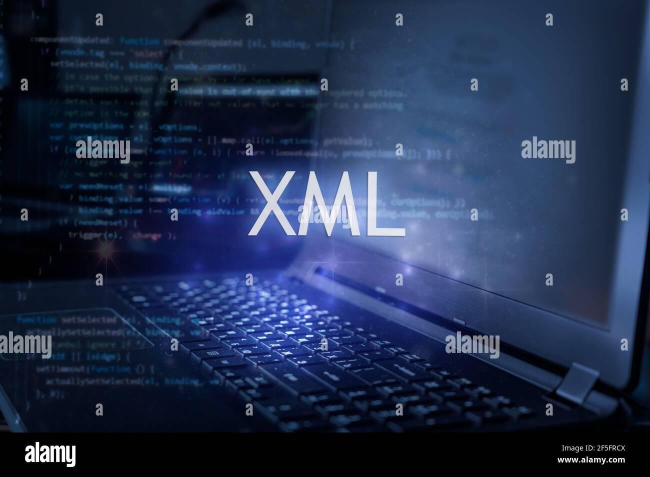 Inscription XML sur ordinateur portable et arrière-plan du code. Concept de technologie. Banque D'Images
