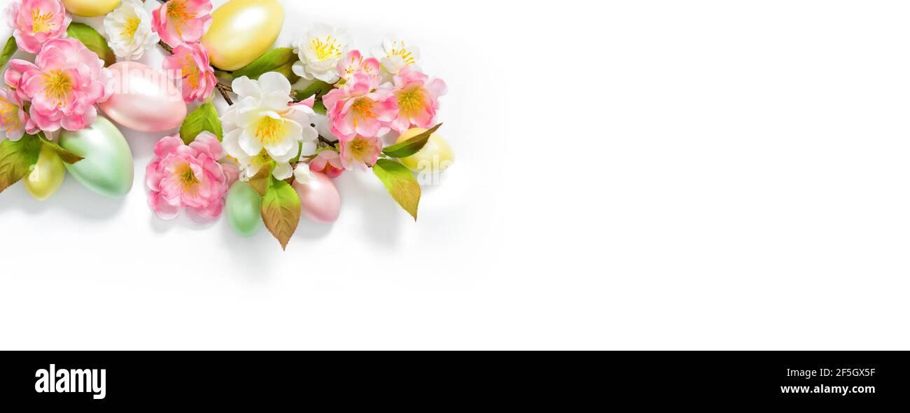 Bannière du printemps de Pâques. Décoration de fleurs et œufs de Pâques sur fond blanc Banque D'Images
