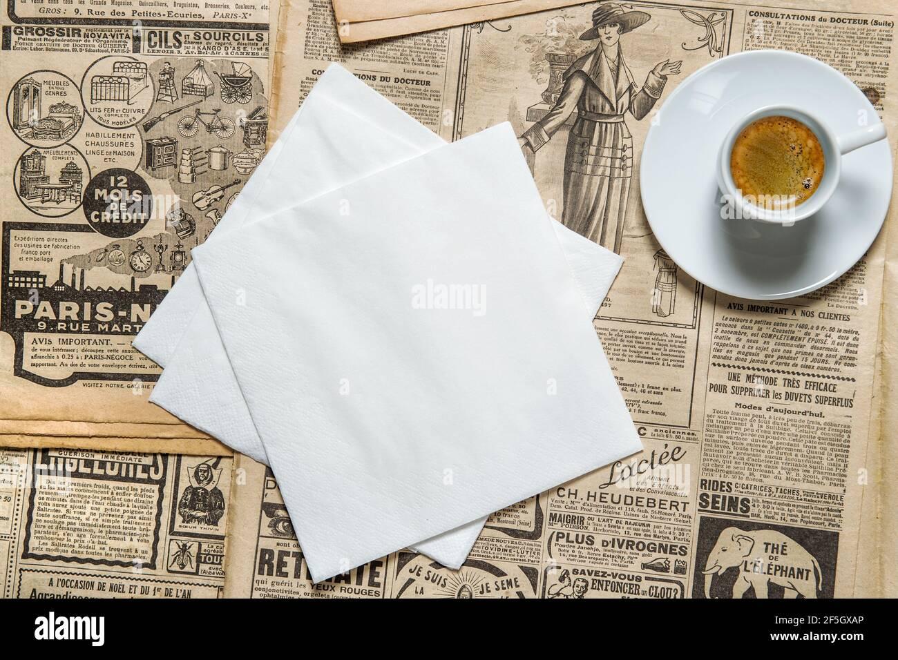 Maquette de serviette et café en tasse sur fond de style vintage Banque D'Images