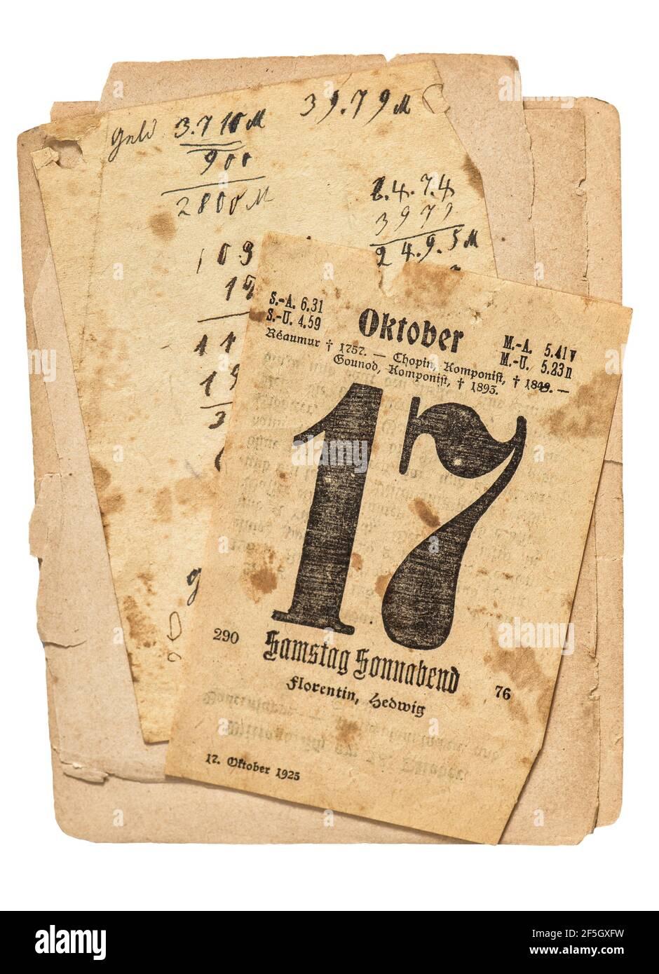 Page du calendrier. Vieux papiers utilisés isolés sur fond blanc Banque D'Images