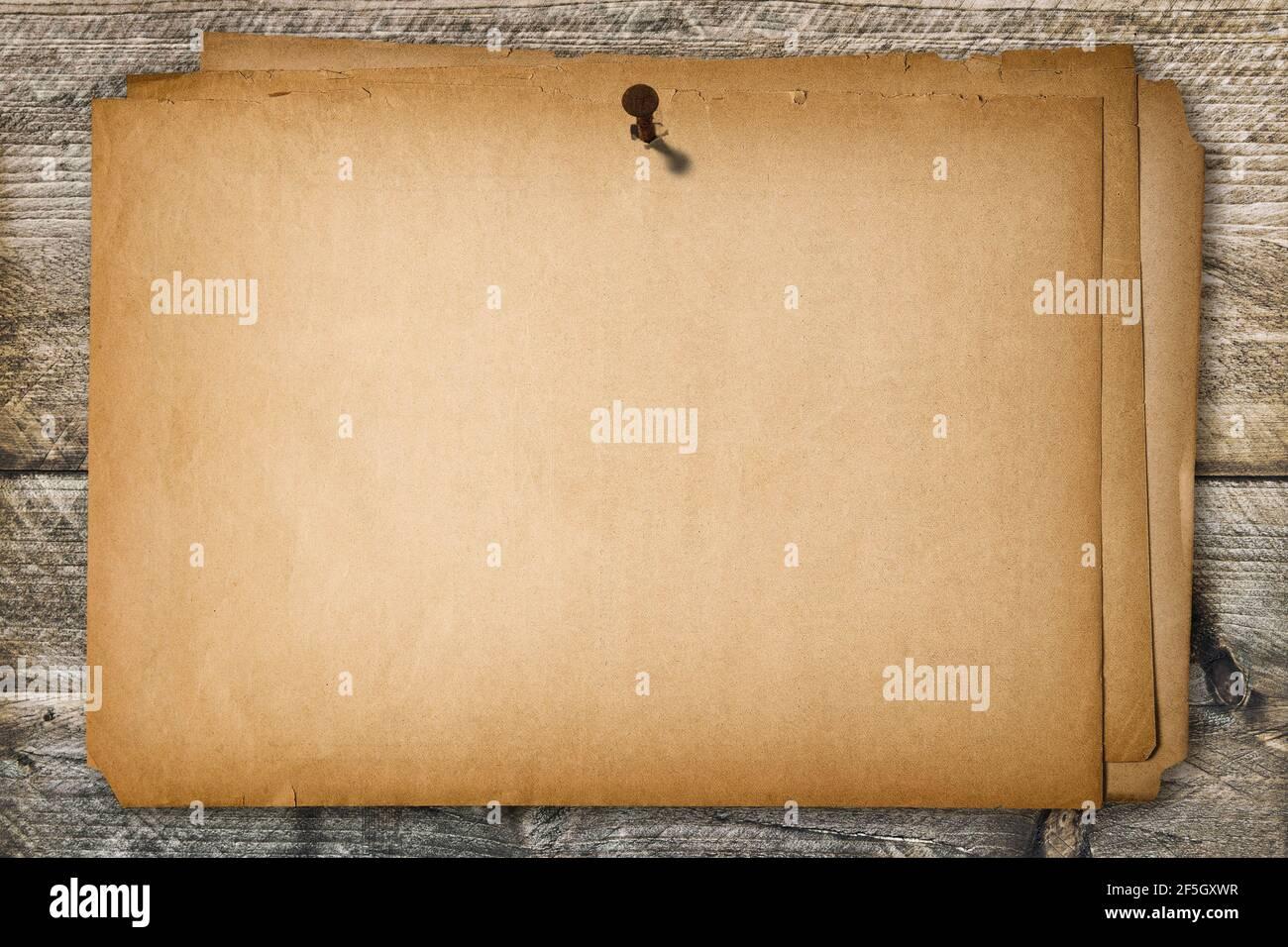 Affiche en papier vierge grundy sur la texture en bois du mur abîmé. Arrière-plan papier ancien Banque D'Images