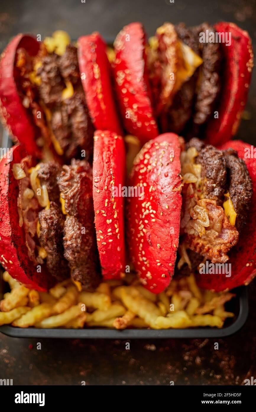 Hamburgers placés sur des frites Banque D'Images