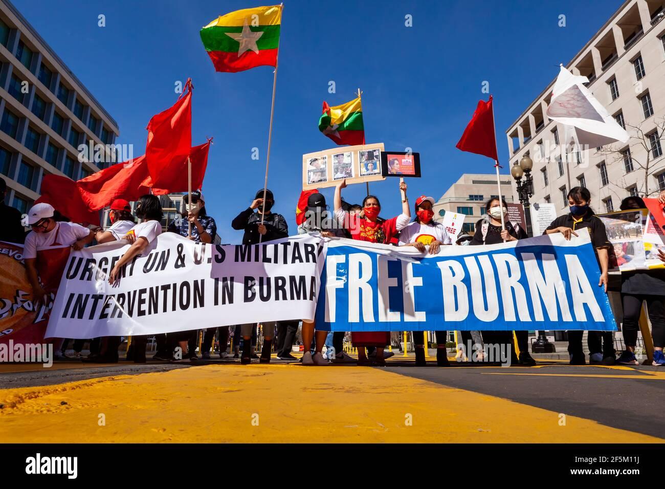 Washington, DC, Etats-Unis, 26 mars 2021. Photo : les gens de Black Lives Matter Plaza se sont rassemblés pour protester contre le coup d'État militaire au Myanmar et exiger des États-Unis qu'ils agissent pour restaurer le gouvernement démocratiquement élu. Crédit : Allison C Bailey/Alay Live News Banque D'Images