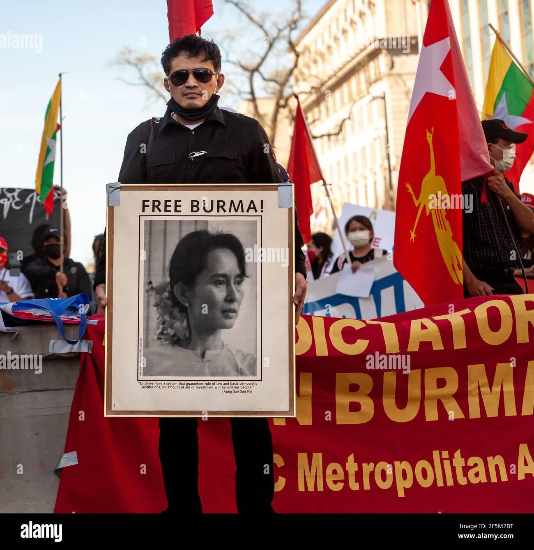 Washington, DC, Etats-Unis, 26 mars 2021. En photo : un homme qui proteste contre le coup d'Etat du Myanmar a une empreinte encadrée d'Aung San Suu Kyi, le dirigeant démocratiquement élu du Myanmar qui a été destitué par un coup d'Etat militaire. Crédit : Allison C Bailey/Alay Live News Banque D'Images