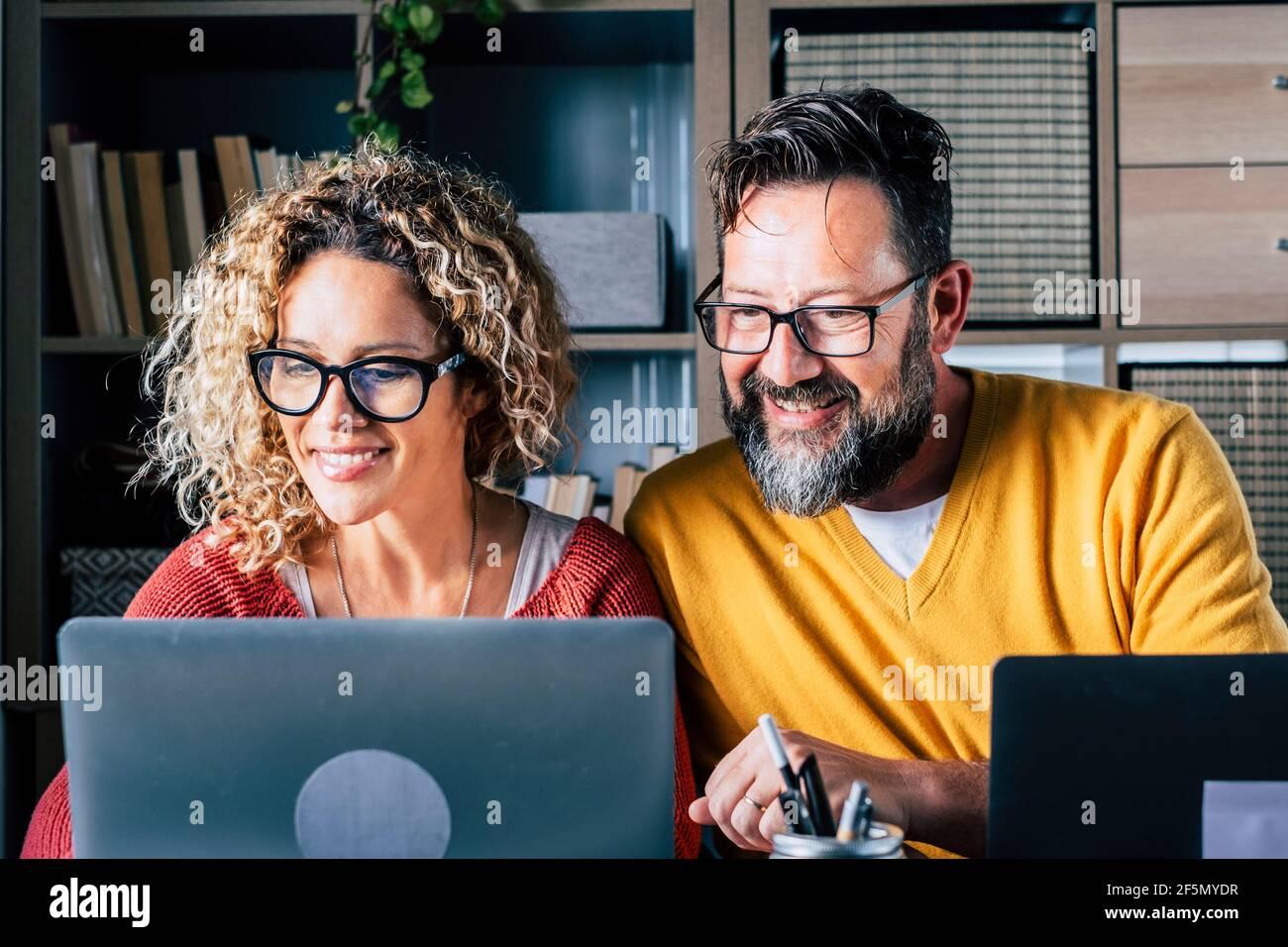 Un homme heureux et un couple de femmes travaillent à la maison dans l'intelligence travail au bureau avec joie - numérique moderne adulte les gens dans internet en ligne activité d'emploi Banque D'Images