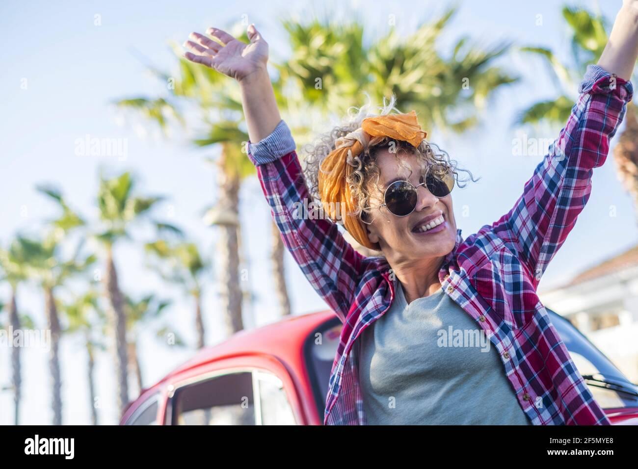 Excitée jolie jeune femme tendance en plein air profiter du style de vie de l'été - voyage femmes concept de vie unique avec dame joyeuse appréciant et s'amuser Banque D'Images