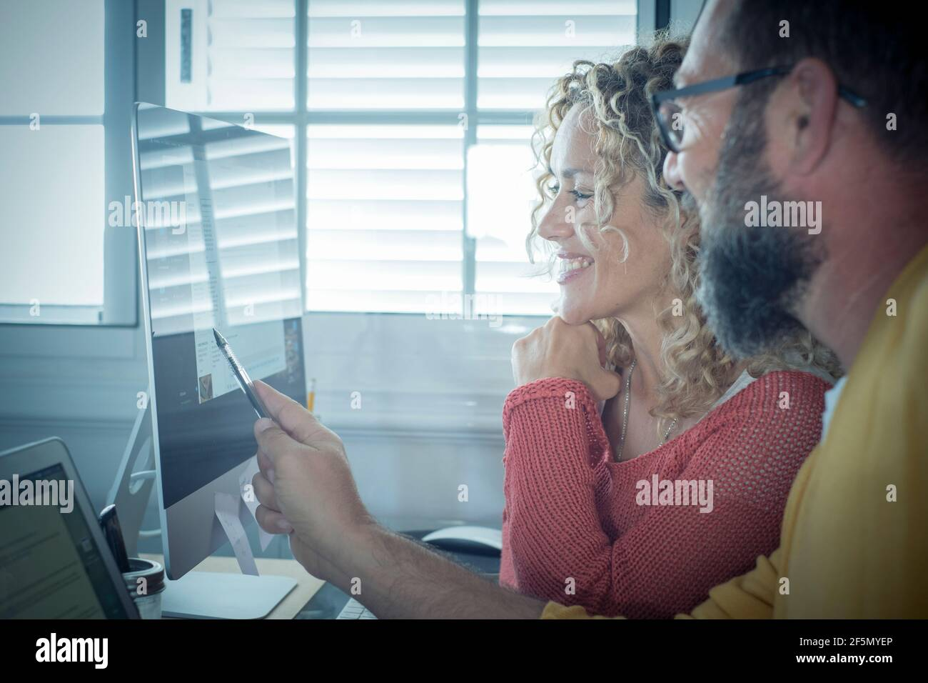 Personnes au travail à la maison avec connexion Internet et ordinateur ordinateur portable en couple - homme et femme travaillant ensemble - moderne homme et femme travail en ligne actif Banque D'Images