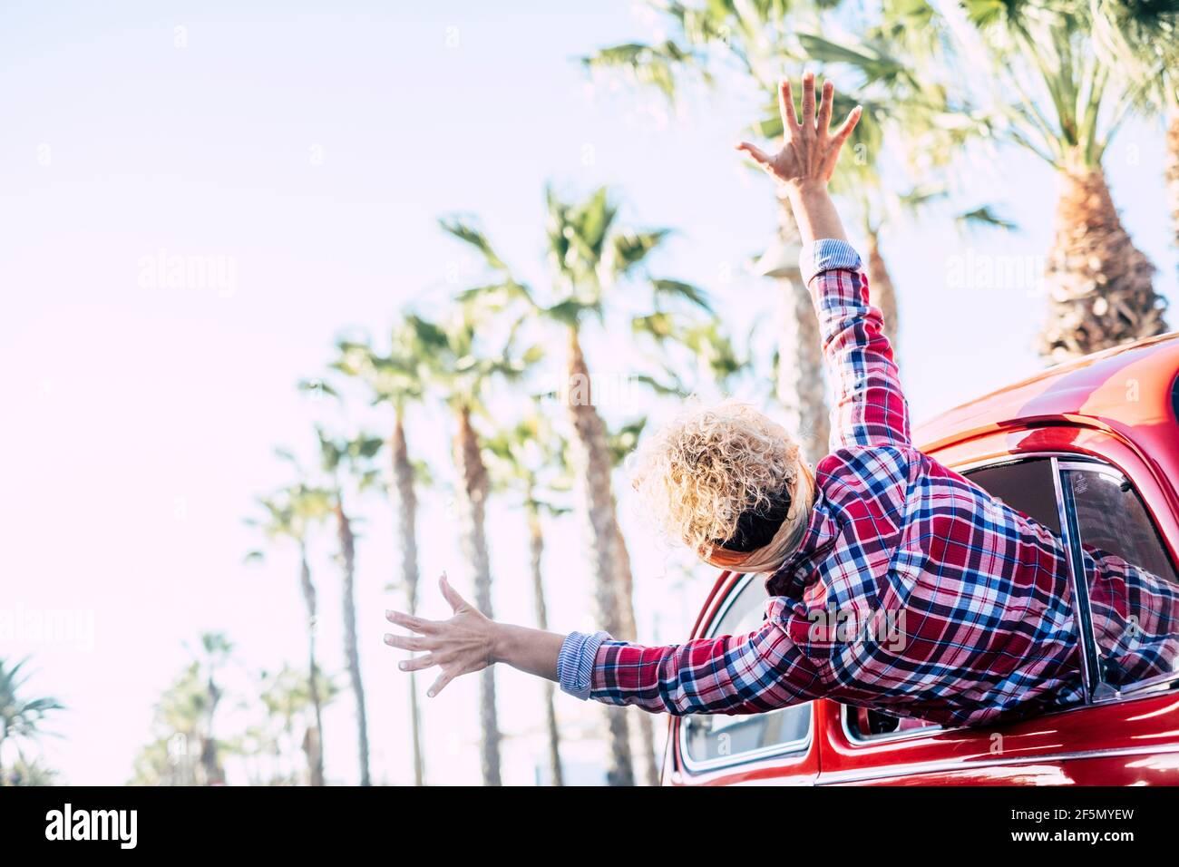 Bonheur et liberté vie joyeuse et voyage vacances d'été personnes - femme folle et heureuse ouvrant les bras et appréciant le voyage à l'extérieur du passager Banque D'Images