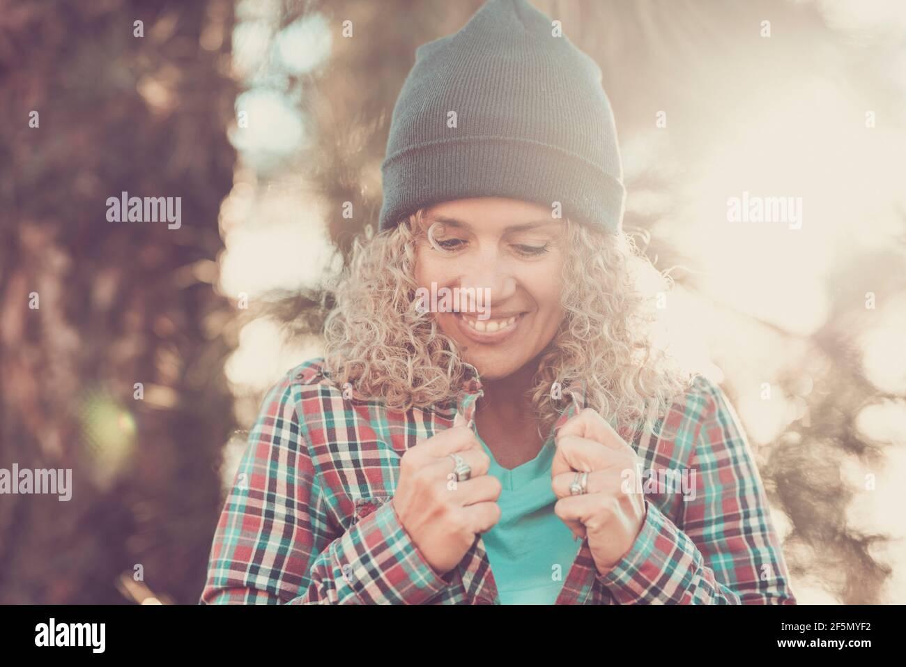 Une jeune femme adulte sourit et tient sa chemise seule la forêt bénéficiant de la lumière du soleil et activités de loisirs nature en plein air - concept de voyage de personnes et ex Banque D'Images