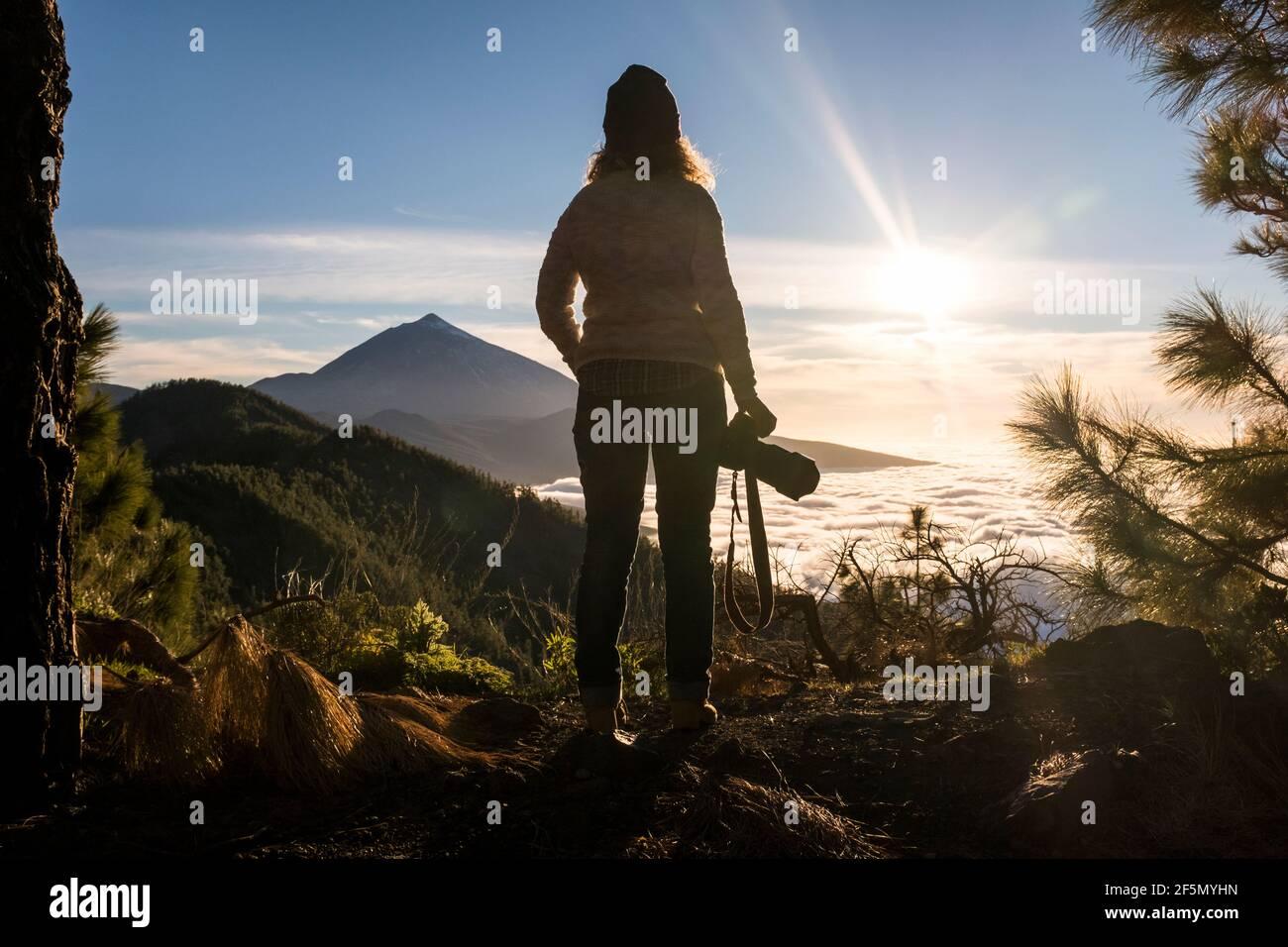 Femme debout dans la vallée du parc en plein air loisir explorant le style de vie actif - liberté de voyage et les personnes alternative tourisme vacances à la montagne - fe Banque D'Images