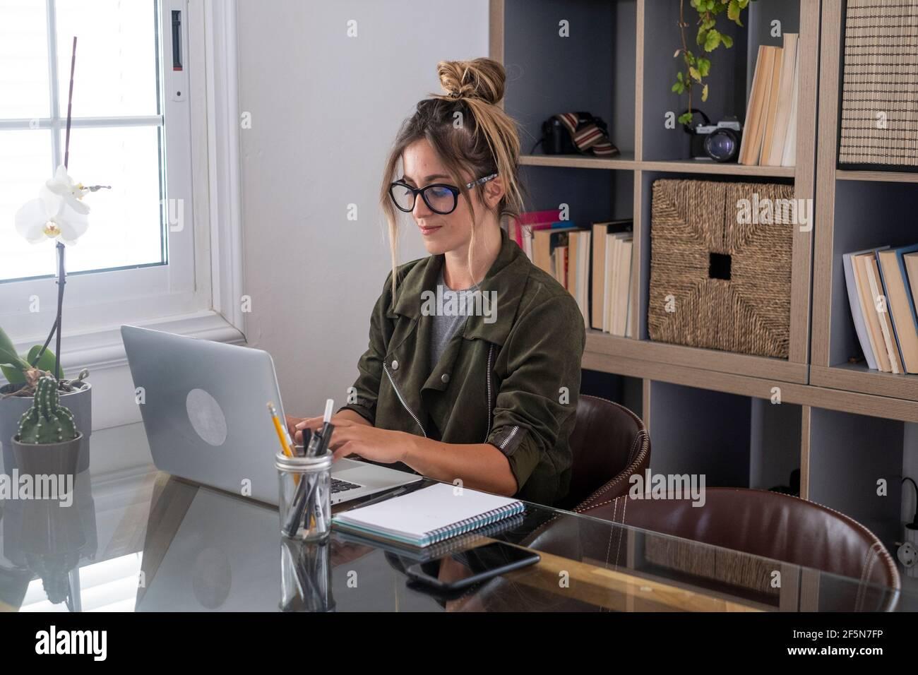Femme adulte type sur ordinateur portable et sourire heureux pour travail intelligent, activité à domicile gratuite - personnes modernes en ligne travail à distance style de vie - fem Banque D'Images