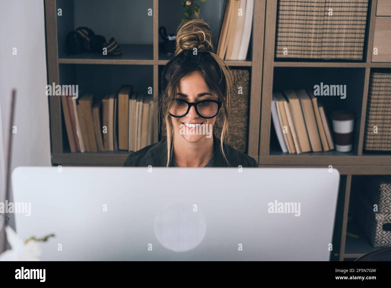 Appel de vidéo conférence en ligne travail à distance intelligent activité de bureau à domicile avec une jolie femme d'âge moyen appréciant en ligne technologie moderne et Banque D'Images