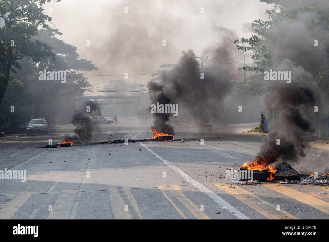 Des pneus en feu vus au milieu de la rue pour empêcher la police et l'armée d'atteindre les manifestants anti-démocratie lors d'une manifestation contre le coup d'État militaire.la police et les militaires du Myanmar (tatmadow) ont attaqué les manifestants avec des balles en caoutchouc, des munitions réelles, Des gaz lacrymogènes et des bombes lacrymogènes en réponse aux manifestants anti-coup d'État militaire samedi, tuant plus de 90 personnes et en blessant beaucoup d'autres. Au moins 300 personnes ont été tuées au Myanmar depuis le coup d'État du 1er février, a déclaré un responsable des droits de l'homme de l'ONU. Le conseiller militaire du Myanmar en détention d'État, Aung San Suu Kyi, le mois de février Banque D'Images