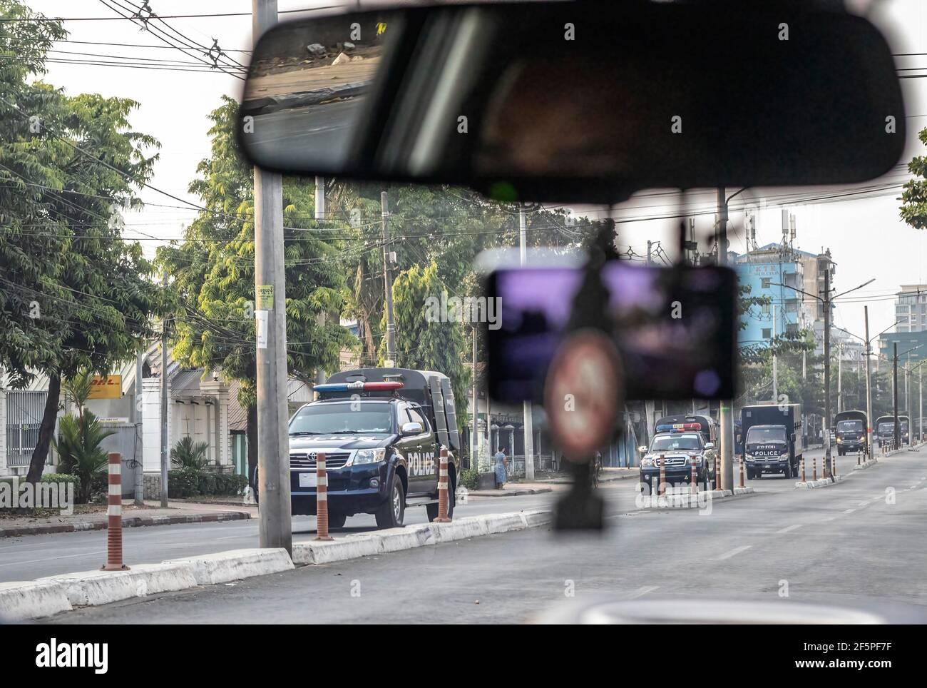 Des camions de police sont vus dans la rue au cours d'une manifestation contre le coup d'État militaire.la police et les militaires du Myanmar (tatmadow) ont attaqué les manifestants avec des balles en caoutchouc, des munitions réelles, des gaz lacrymogènes et des bombes lacrymogènes en réponse aux manifestants anti-coup d'État militaire de samedi, tuant plus de 90 personnes et en ont blessé beaucoup d'autres. Au moins 300 personnes ont été tuées au Myanmar depuis le coup d'État du 1er février, a déclaré un responsable des droits de l'homme de l'ONU. L'armée du Myanmar a détenu le conseiller d'État du Myanmar Aung San Suu Kyi le 01 février 2021 et a déclaré l'état d'urgence tout en prenant le pouvoir dans la co Banque D'Images