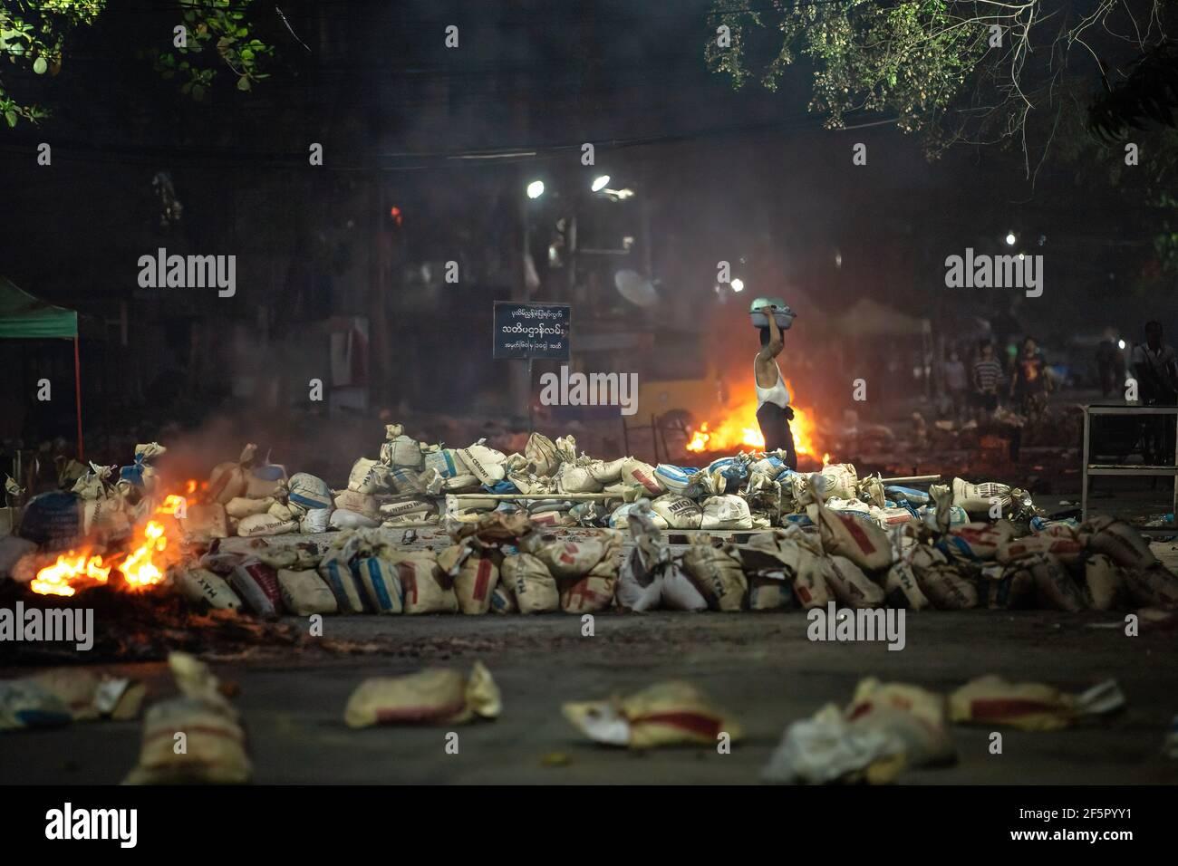 Yangon, Myanmar. 27 mars 2021. Des sacs ont été pilés en tant que barricades pendant la démonstration. L'armée birmane attaque les manifestants avec des balles en caoutchouc, des munitions réelles, des gaz lacrymogènes et des bombes sonores en réponse. Le nombre de morts pour aujourd'hui est de 144 et le plus élevé depuis le coup d'État militaire du 1er février. (Photo de Theint mon SOE/SOPA Images/Sipa USA) Credit: SIPA USA/Alay Live News Banque D'Images