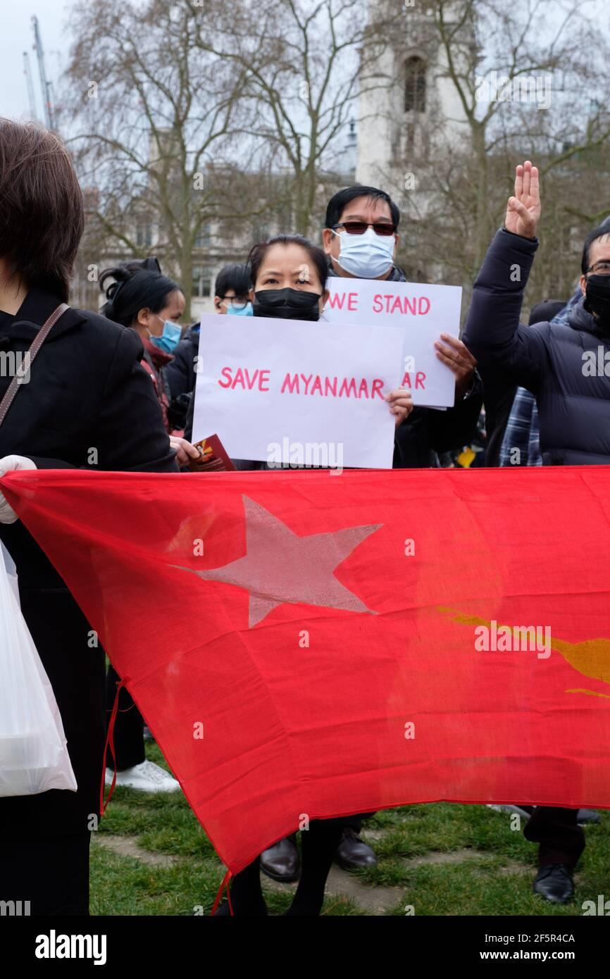 Londres, Royaume-Uni. 27 mars 2021. Les gens se rassemblent avec des panneaux sur la place du Parlement pour protester contre le coup d'Etat militaire et la dictature au Myanmar. Crédit: Joao Daniel Pereira. Credit: João Daniel Pereira/Alay Live News Banque D'Images