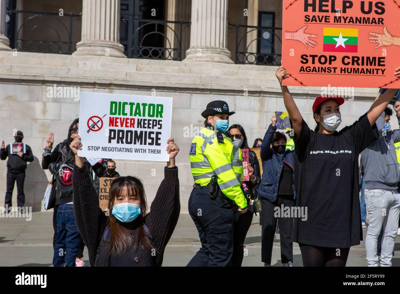 Des manifestants tenant des pancartes exprimant leur opinion lors d'une manifestation pacifique.des manifestants anti-coup d'État militaire du Myanmar se sont rassemblés sur la place Trafalgar alors que des dizaines d'autres personnes sont tuées dans le pays. La police et les militaires du Myanmar (tatmadow) ont attaqué les manifestants avec des balles en caoutchouc, des munitions réelles, des gaz lacrymogènes et des bombes lacrymogènes en réponse aux manifestants anti-coup d'État militaire qui ont tué samedi au Myanmar plus de 90 personnes et en ont blessé beaucoup d'autres. Au moins 300 personnes ont été tuées au Myanmar depuis le coup d'État du 1er février, a déclaré un responsable des droits de l'homme de l'ONU. L'avocat militaire du Myanmar Banque D'Images