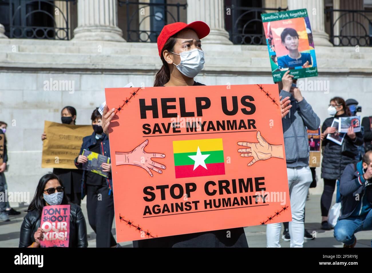 Un manifestant tient un écriteau exprimant son opinion lors d'une manifestation pacifique.les manifestants anti-coup d'État militaire du Myanmar se sont rassemblés sur Trafalgar Square alors que des dizaines d'autres personnes sont tuées dans le pays. La police et les militaires du Myanmar (tatmadow) ont attaqué les manifestants avec des balles en caoutchouc, des munitions réelles, des gaz lacrymogènes et des bombes lacrymogènes en réponse aux manifestants anti-coup d'État militaire qui ont tué samedi au Myanmar plus de 90 personnes et en ont blessé beaucoup d'autres. Au moins 300 personnes ont été tuées au Myanmar depuis le coup d'État du 1er février, a déclaré un responsable des droits de l'homme de l'ONU. Counsell d'État détenu par l'armée du Myanmar Banque D'Images