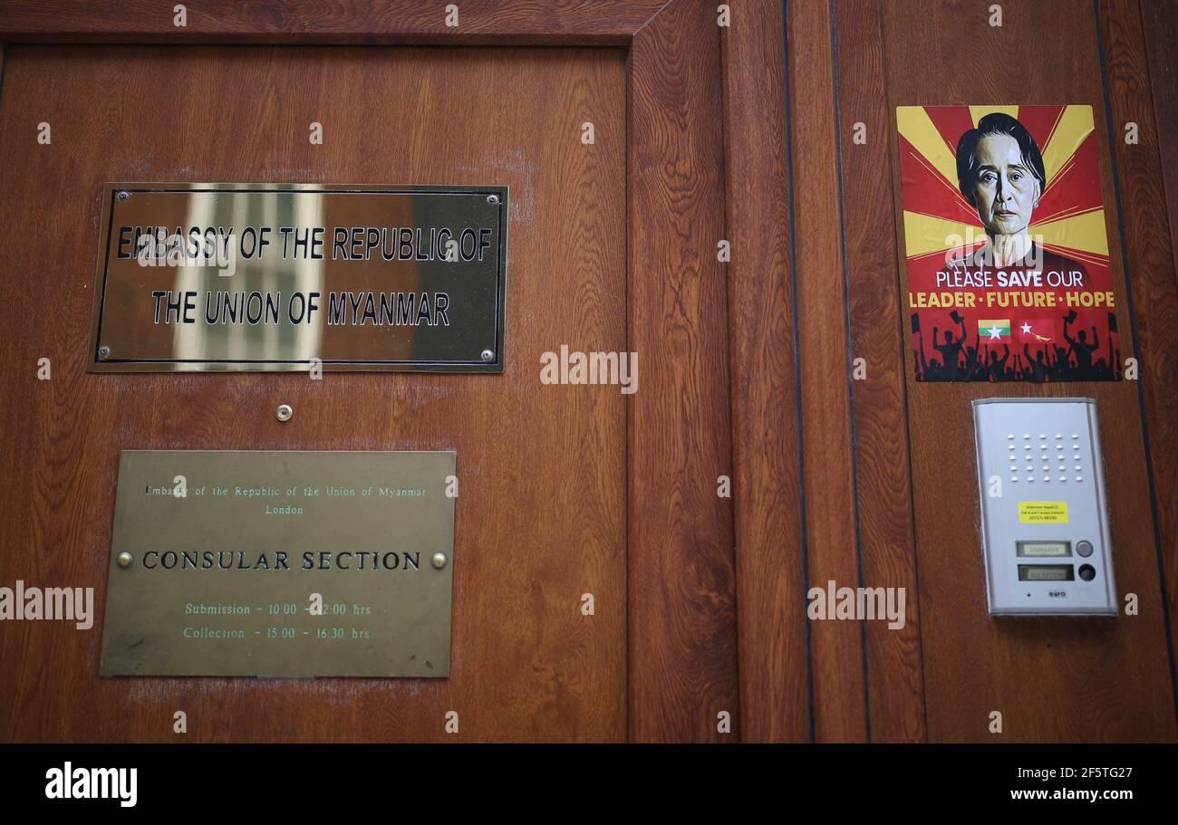 Des panneaux d'hommage et de protestation devant l'ambassade de Birmanie à Londres contre le coup d'État du 1er février qui a renversé le gouvernement élu d'Aung San Suu KyiÕs. Date de la photo: Dimanche 28 mars 2021. Banque D'Images