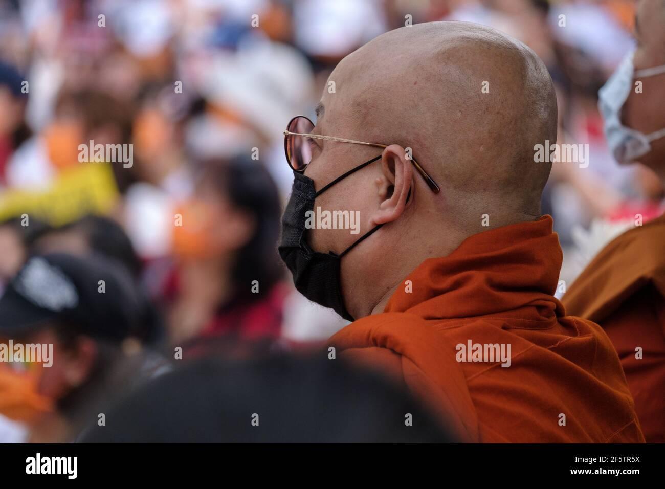 Les leaders bouddhistes religieux sont vus en réciter une prière pendant la manifestation.birmans vivant à Taiwan avec les communautés locales rassemblées sur la place de la liberté pour appeler à la fin du coup d'État militaire au Myanmar. La police et les militaires du Myanmar (tatmadow) ont attaqué les manifestants avec des balles en caoutchouc, des munitions réelles, des gaz lacrymogènes et des bombes lacrymogènes en réponse aux manifestants anti-coup d'État militaire qui ont tué samedi au Myanmar plus de 100 personnes et en ont blessé beaucoup d'autres. Au moins 300 personnes ont été tuées au Myanmar depuis le coup d'État du 1er février, a déclaré un responsable des droits de l'homme de l'ONU. La milit du Myanmar Banque D'Images