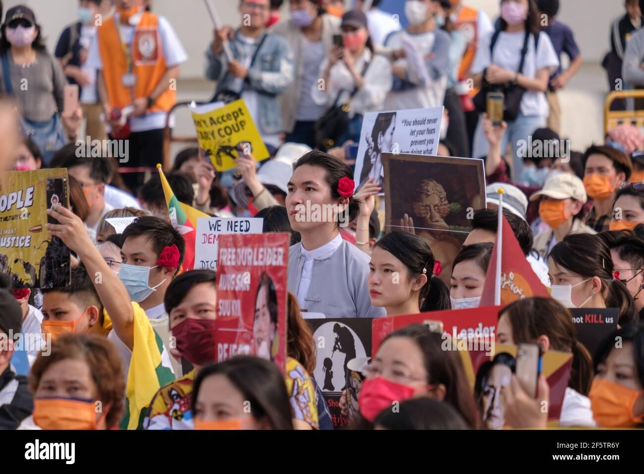 Les manifestants tiennent des pancartes pendant la manifestation.les Birmans qui vivent à Taiwan ainsi que les communautés locales se sont réunis sur la place de la liberté pour appeler à la fin du coup d'État militaire au Myanmar. La police et les militaires du Myanmar (tatmadow) ont attaqué les manifestants avec des balles en caoutchouc, des munitions réelles, des gaz lacrymogènes et des bombes lacrymogènes en réponse aux manifestants anti-coup d'État militaire qui ont tué samedi au Myanmar plus de 100 personnes et en ont blessé beaucoup d'autres. Au moins 300 personnes ont été tuées au Myanmar depuis le coup d'État du 1er février, a déclaré un responsable des droits de l'homme de l'ONU. Conseiller militaire de l'État détenu du Myanmar Banque D'Images