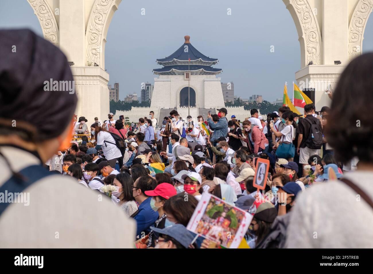 Les manifestants se rassemblent sur la place de la liberté pendant la manifestation.les Birmans qui vivent à Taiwan et les communautés locales se sont rassemblés sur la place de la liberté pour appeler à la fin du coup d'État militaire au Myanmar. La police et les militaires du Myanmar (tatmadow) ont attaqué les manifestants avec des balles en caoutchouc, des munitions réelles, des gaz lacrymogènes et des bombes lacrymogènes en réponse aux manifestants anti-coup d'État militaire qui ont tué samedi au Myanmar plus de 100 personnes et en ont blessé beaucoup d'autres. Au moins 300 personnes ont été tuées au Myanmar depuis le coup d'État du 1er février, a déclaré un responsable des droits de l'homme de l'ONU. L'armée du Myanmar a détenu St Banque D'Images