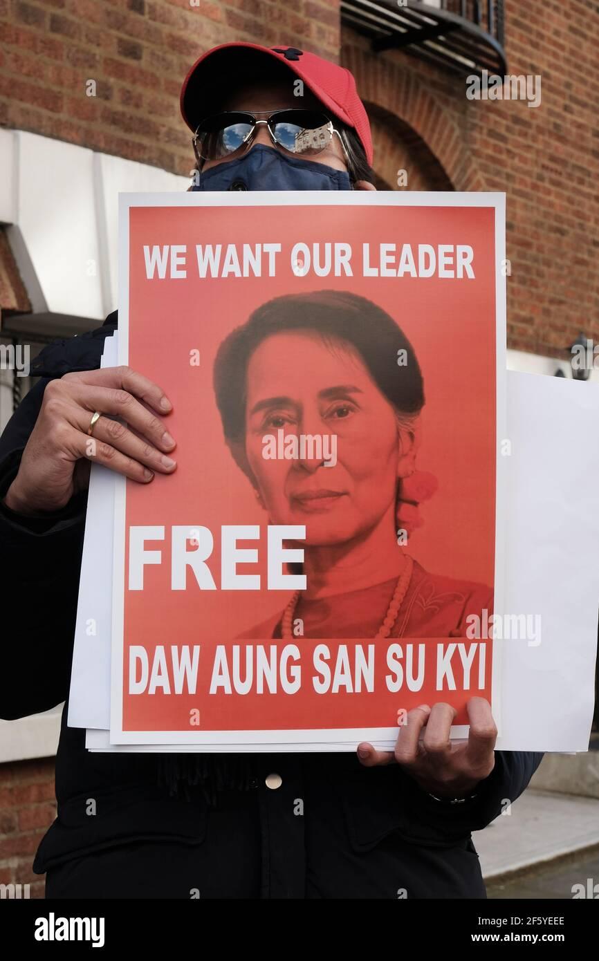 Un partisan pro-démocratique du Myanmar tient un écriteau en faveur de la démocratie D'Aung San Suu Kyi Banque D'Images