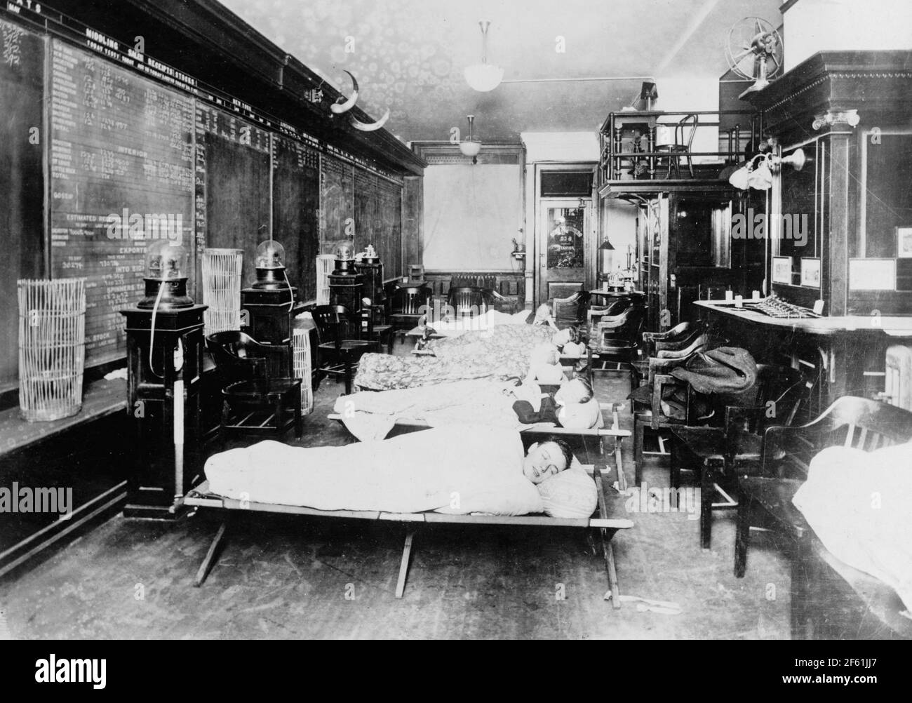 Wall St. Brokers Sleeping in Office, 1915 Banque D'Images