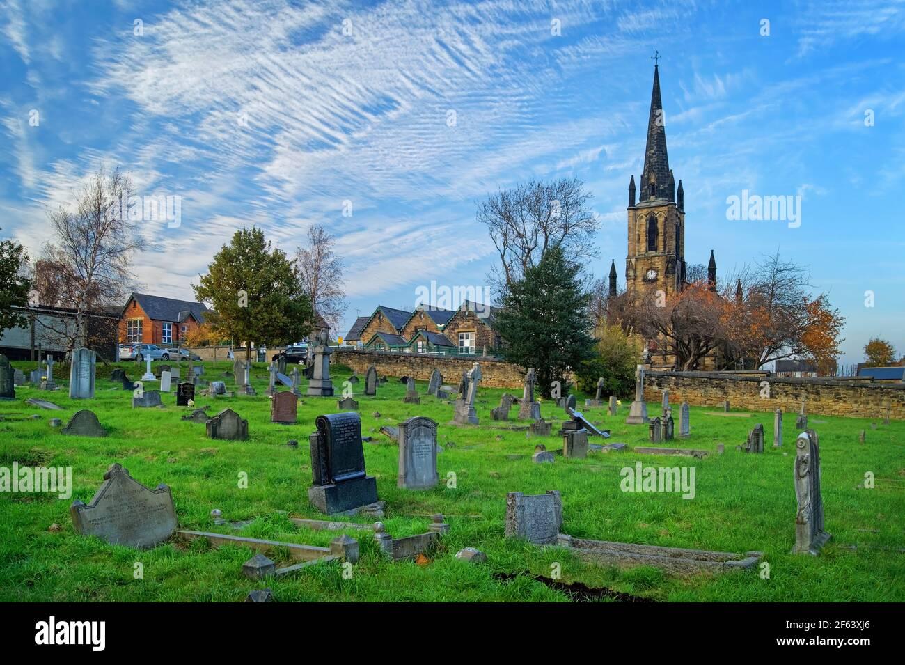 Royaume-Uni, Yorkshire du Sud, Elsecar, Église paroissiale de la Sainte Trinité en automne Banque D'Images