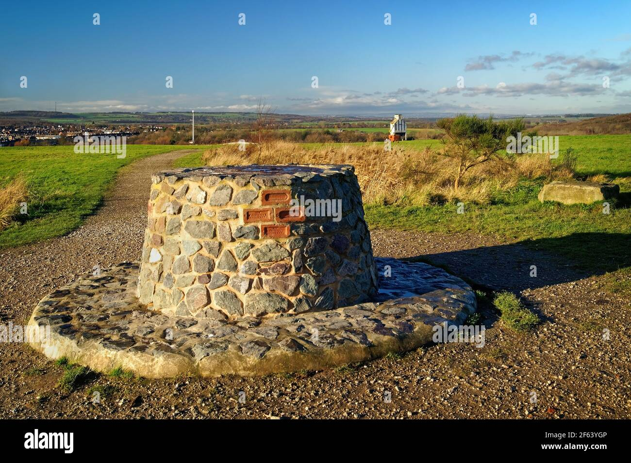 Royaume-Uni, Yorkshire du Sud, Barnsley, Royston, Rabbit ings Country Park, Stone Cairn Viewpoint Banque D'Images
