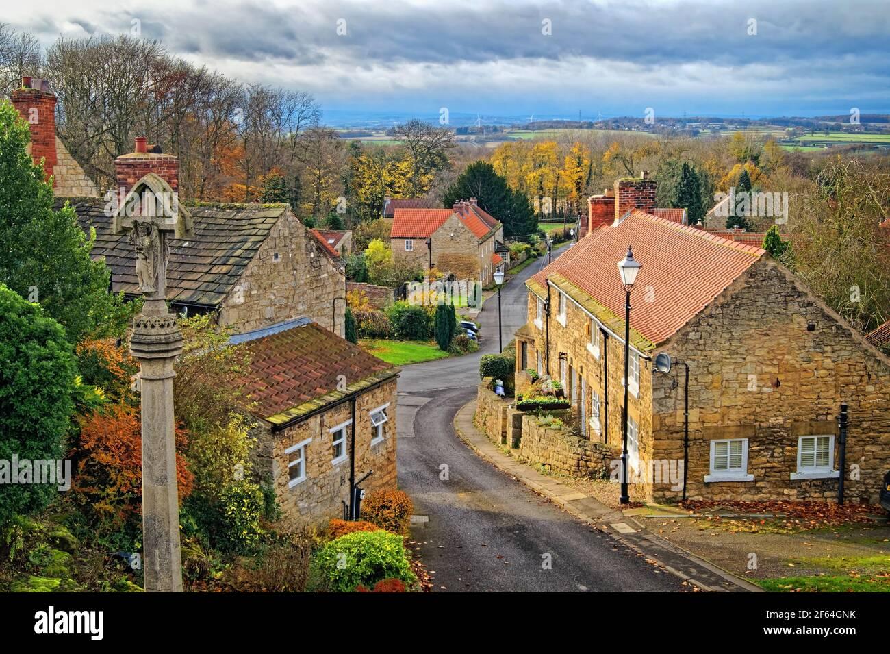 Royaume-Uni, Yorkshire du Sud, Doncaster, Hooton Pagnell, Clayton Lane, War Memorial et Cottages Banque D'Images