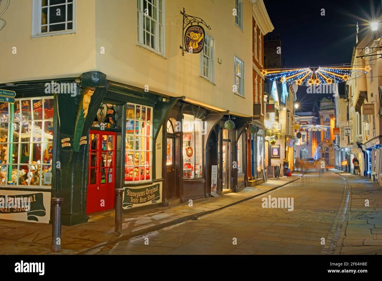Royaume-Uni, Yorkshire du Nord, York, illuminations de Noël à Stonegate Banque D'Images