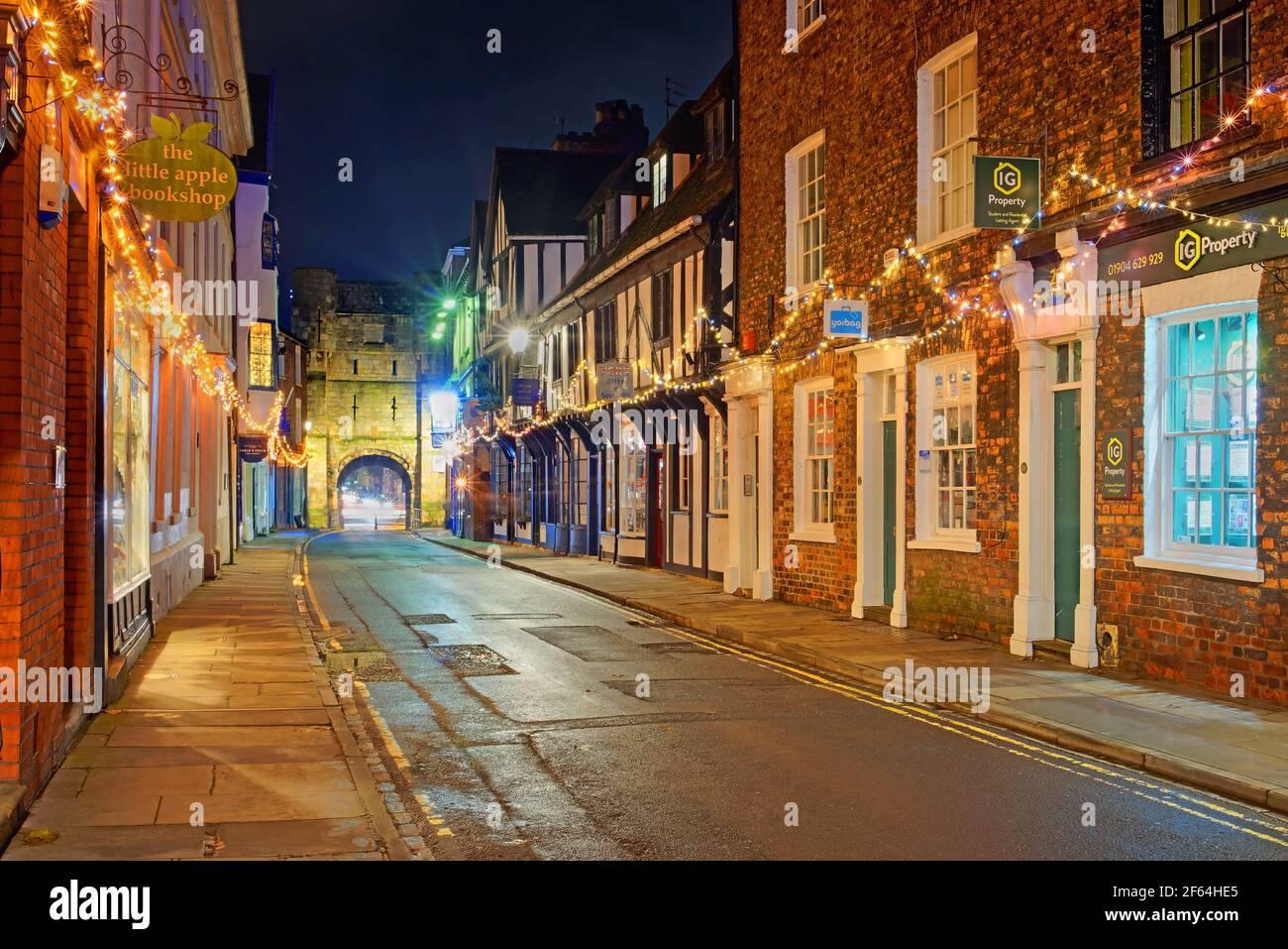UK, North Yorkshire, York, Monk Bar la nuit depuis Goodramgate Banque D'Images