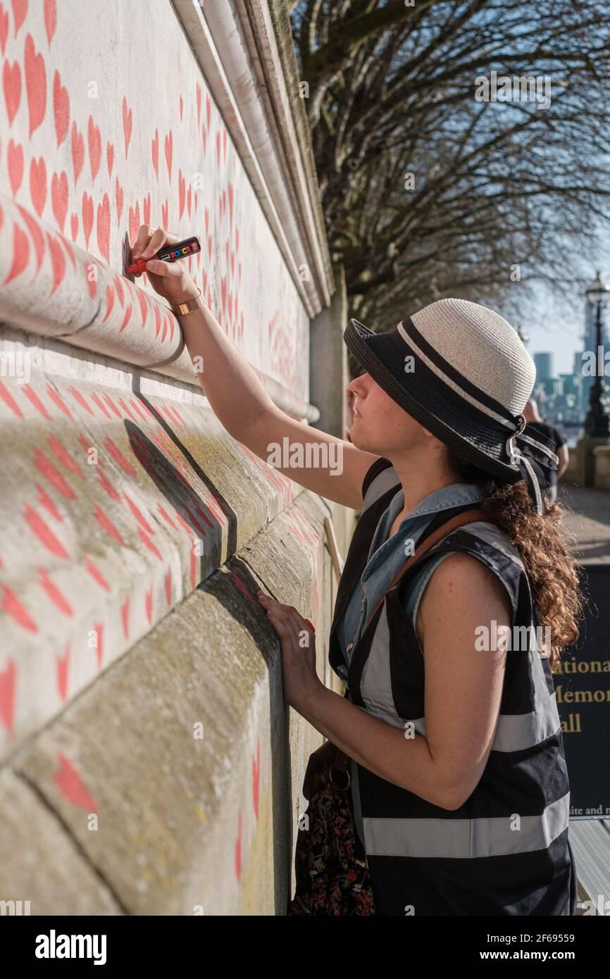 Jour 2 du mur national du souvenir Covid; plus de cœurs ont été ajoutés et plus de noms ont été inclus comme un dévouement à ceux qui sont passés de Corona Banque D'Images