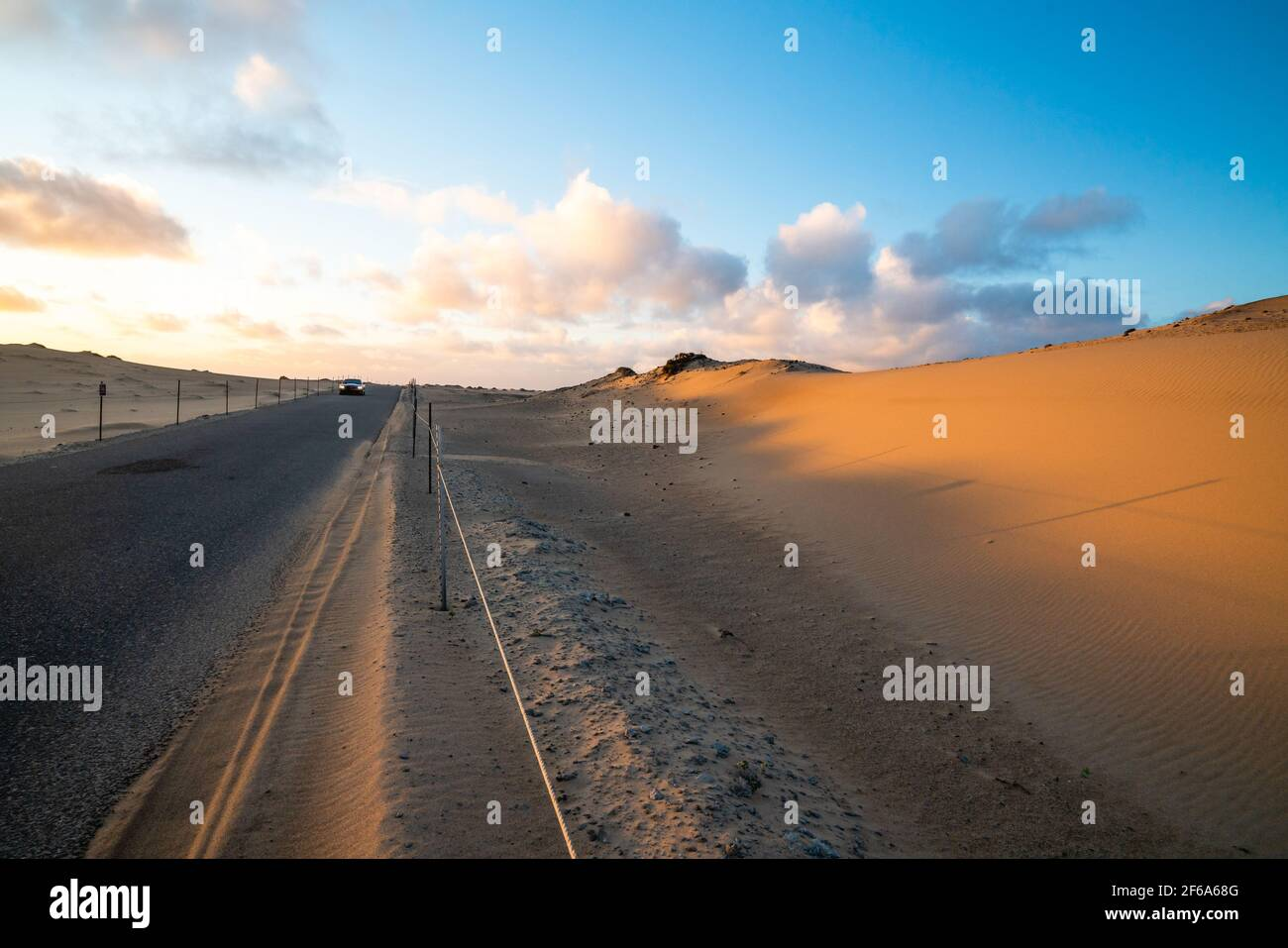 Traversez les dunes de sable au coucher du soleil dans la réserve naturelle nationale de Guadalupe-Nipomo Dunes, en Californie Banque D'Images