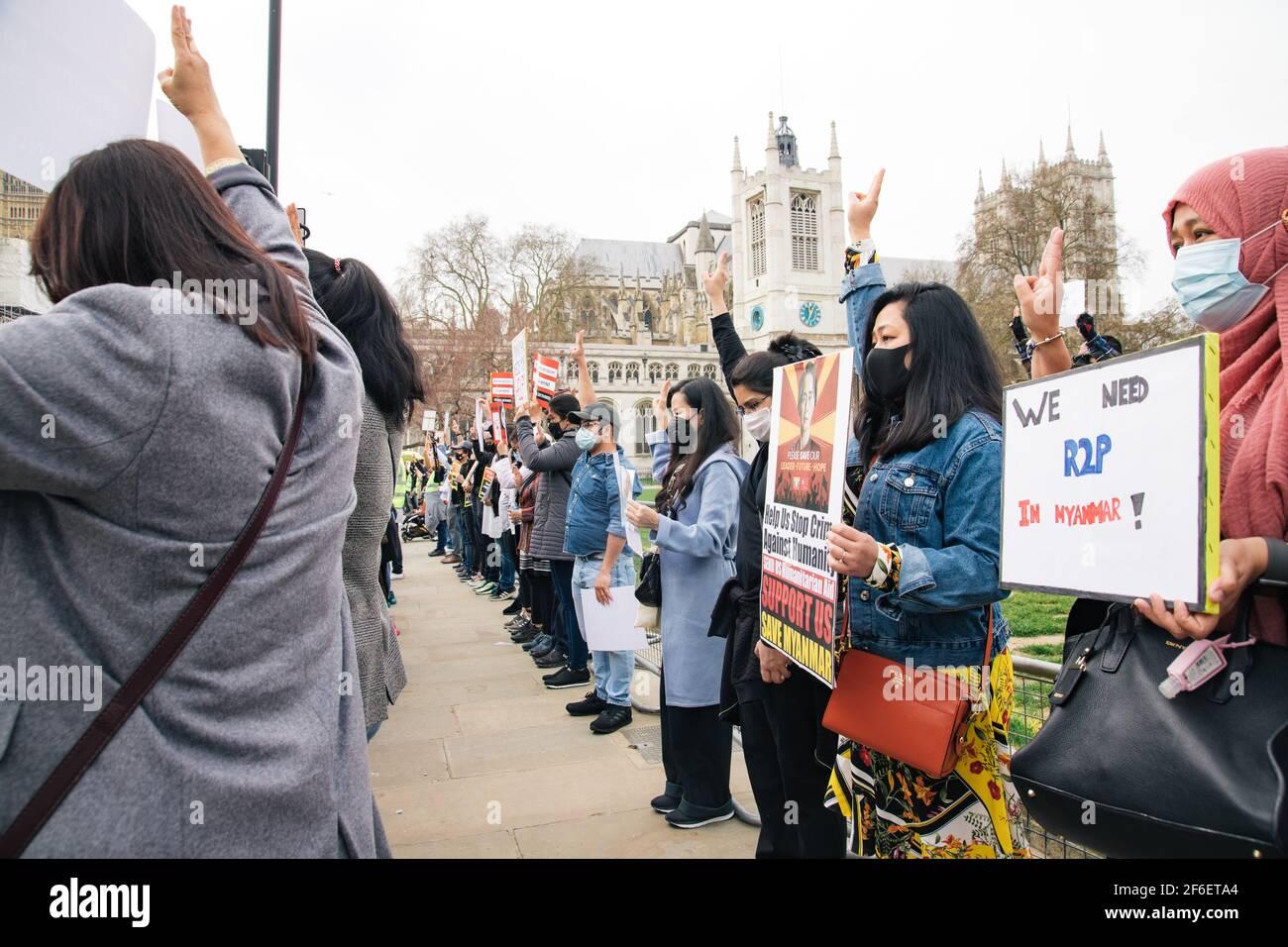 Londres, Royaume-Uni. 31 mars 2021. Protestation contre la violence militaire au Myanmar. Les manifestants se rassemblent sur la place du Parlement et se marchent à l'ambassade chinoise pour exprimer leur mécontentement à l'égard de l'implication chinoise dans le coup d'Etat militaire et le meurtre de civils innocents, dont des enfants Banque D'Images