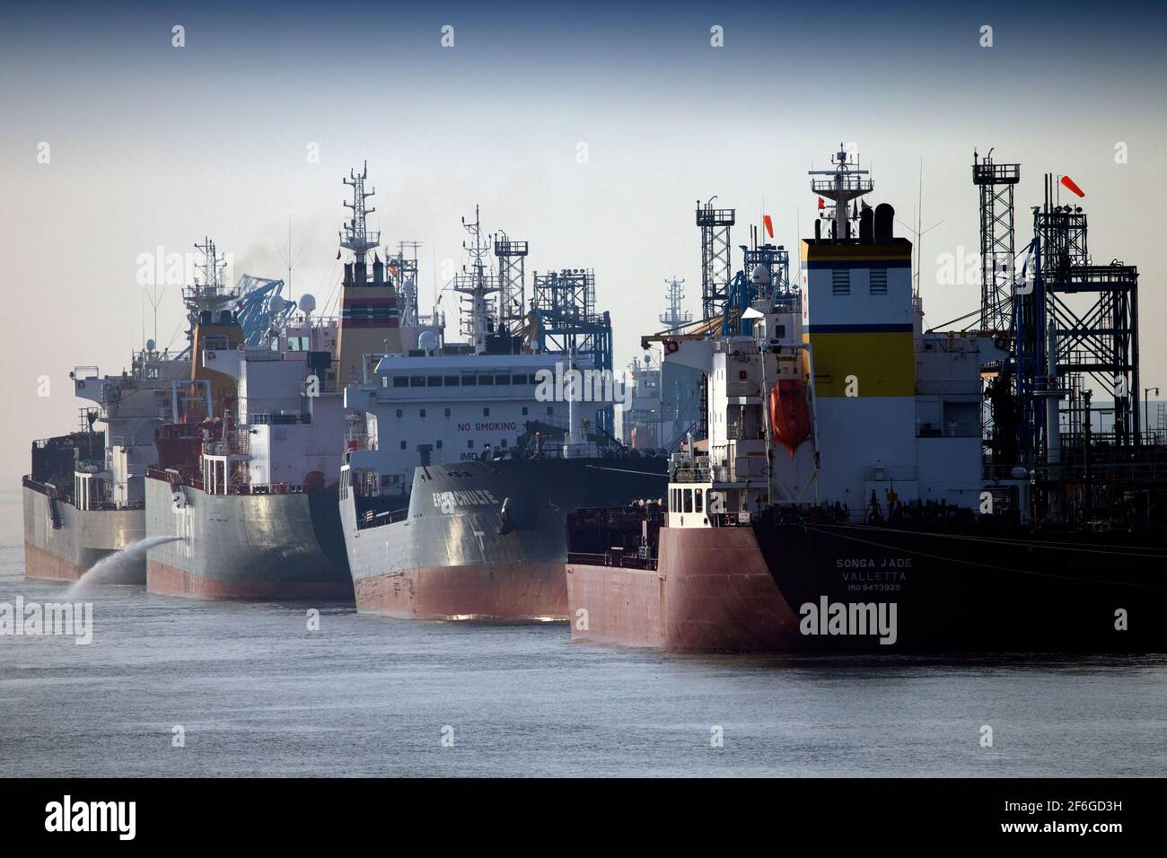 Pétroliers, pétrolier, pétrolier, raffinerie, jetée, Fawley, Southampton, eau, Fawley, New Forest, Hampshire, Angleterre, Royaume-Uni, Banque D'Images