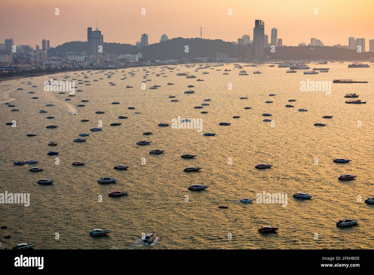 Flotte de bateaux de croisière amarrés au large au coucher du soleil, Pattaya, Thaïlande Banque D'Images