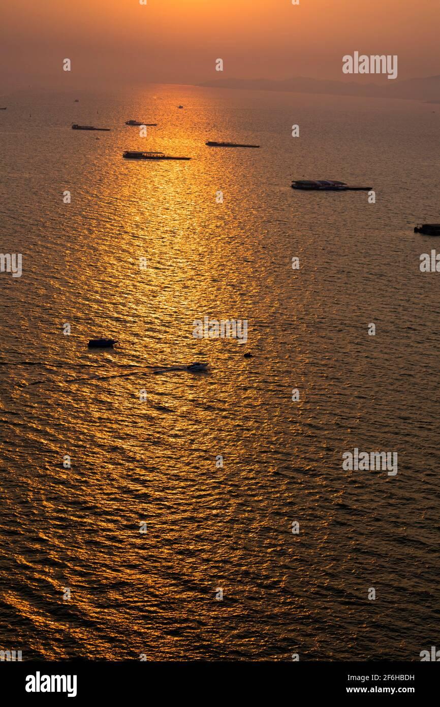 Bateaux de croisière amarrés au large au coucher du soleil, Pattaya, Thaïlande Banque D'Images
