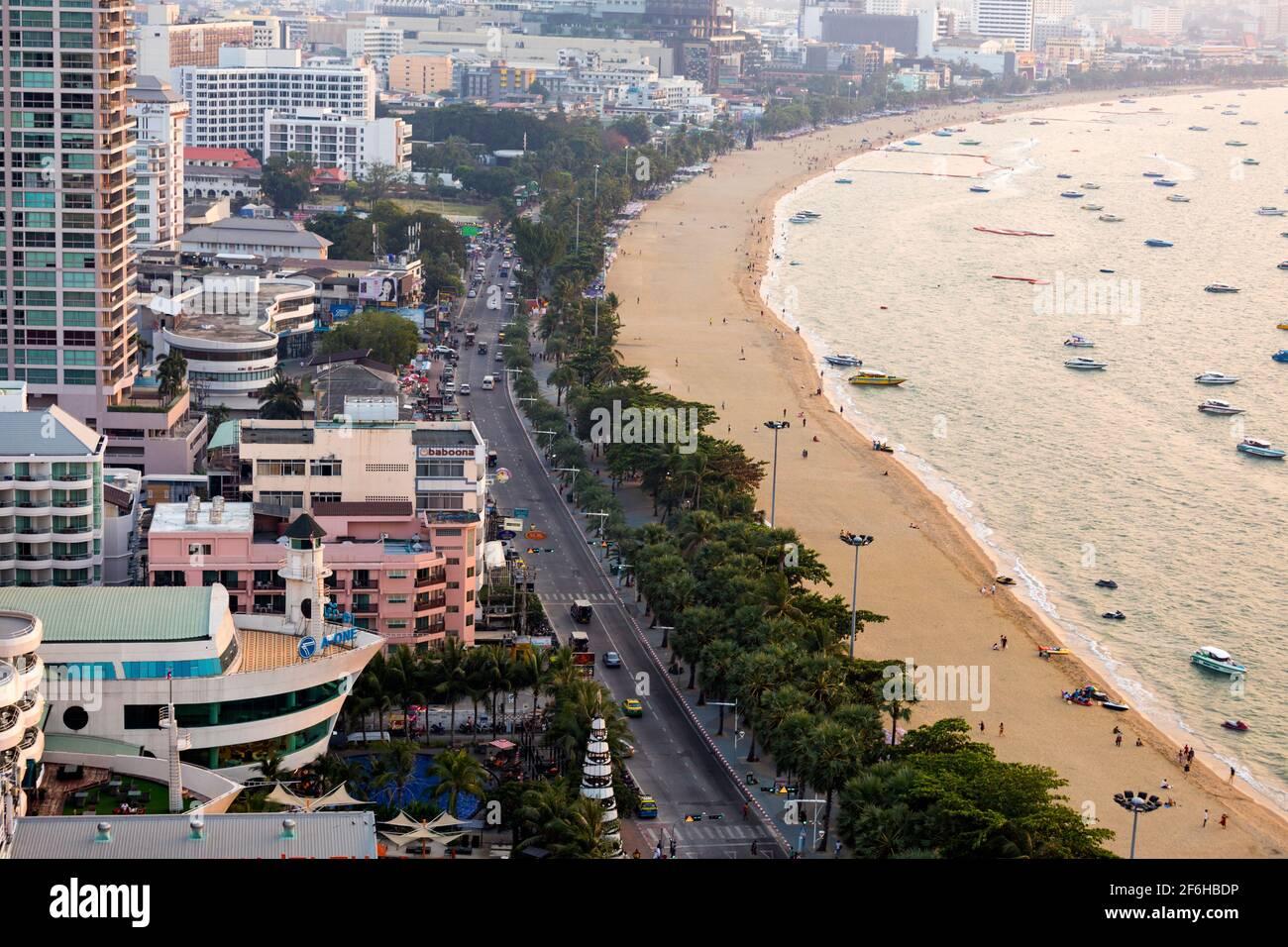 Front de mer, plage et bateaux de croisière, Pattaya, Thaïlande Banque D'Images