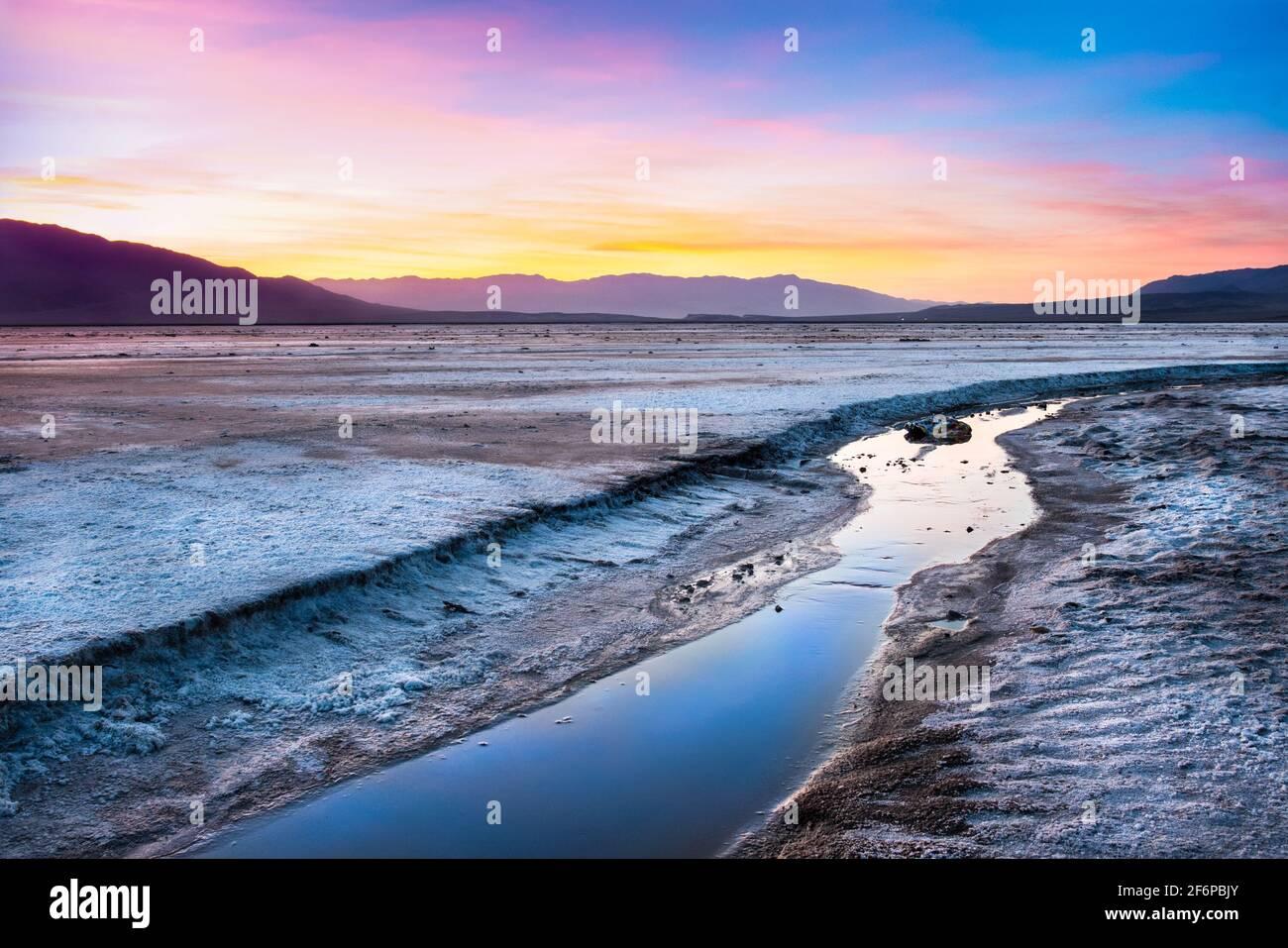 Magnifique paysage de la vallée de la mort en Californie au coucher du soleil avec Salt creek dans la vue Banque D'Images