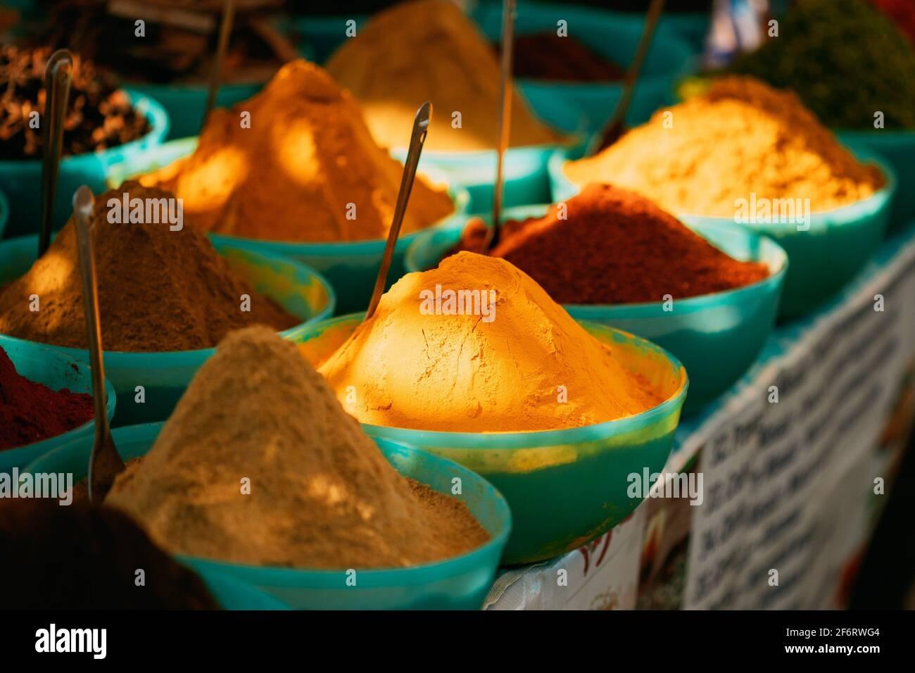 Vue rapprochée du curry de Masala, couleurs vives parfumées de la saison, condiment dans le plateau sur le marché alimentaire local, Bazar. Banque D'Images