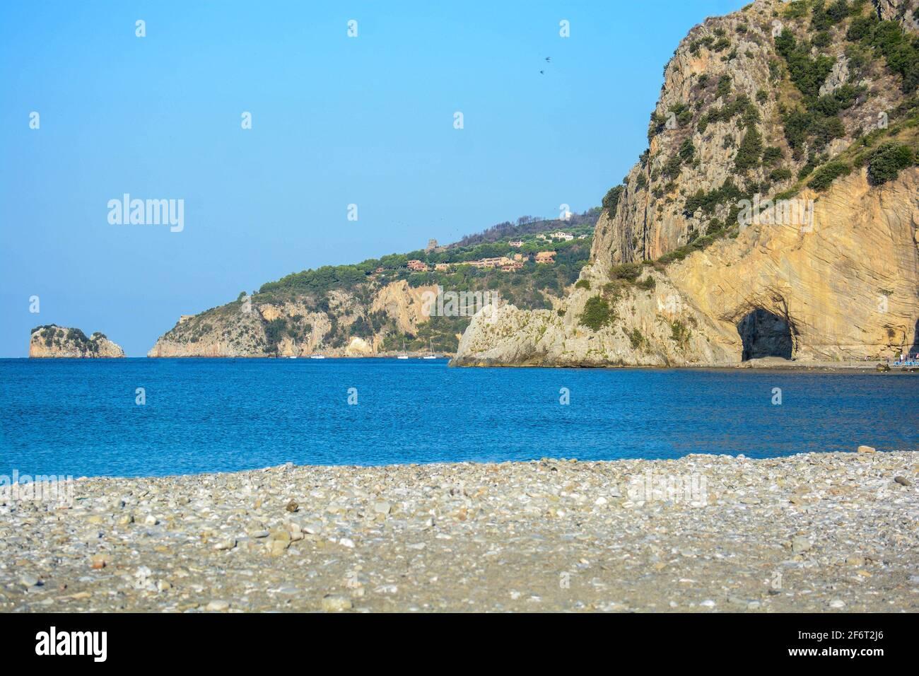vue sur l'arche naturelle de palinuro en italie de la falaise et d'une partie de la plage. Banque D'Images