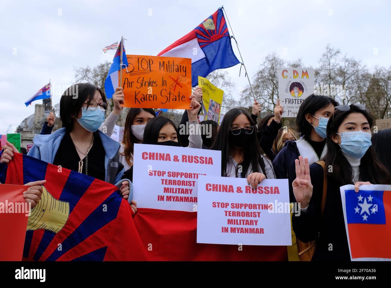 LONDRES - 3 AVRIL 2021 : des manifestants sur la place du Parlement contre le coup d'État militaire chinois et russe ont soutenu le Myanmar Birmanie. Banque D'Images